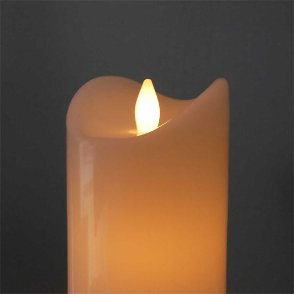 LED Outdoorkerze mit sanft flackernden Kerzenschein