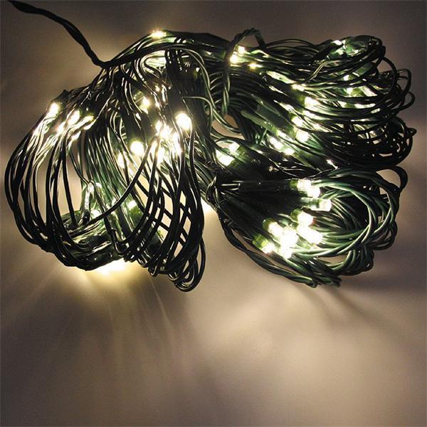 Warmweiß-leuchtendes Lichternetz mit 176 LEDs
