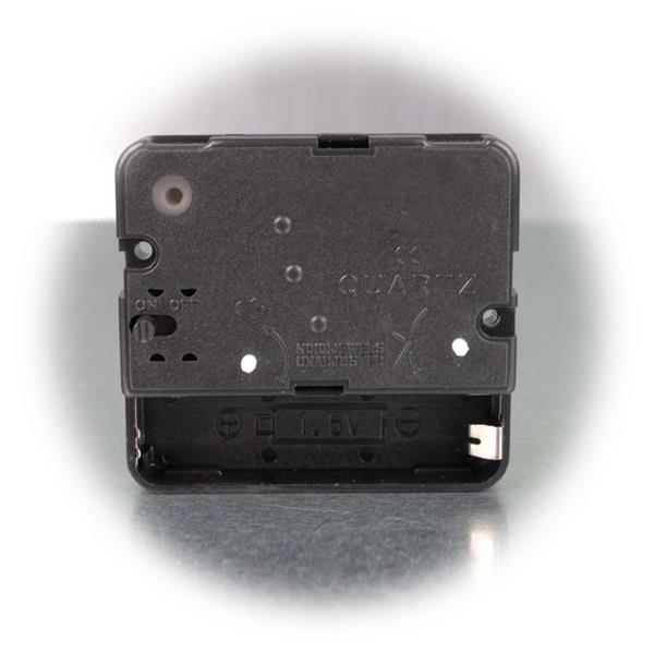 Uhrzeit und Alarm sind mittels Drehschalter auf der Rückseite einstellbar
