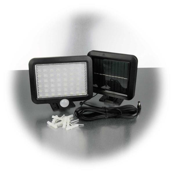 LED Wandstrahler und externe Solarzelle sind mittels 5 Meter Kabel verbunden