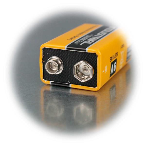 Duracell 9V Markenbatterie im Größenvergleich