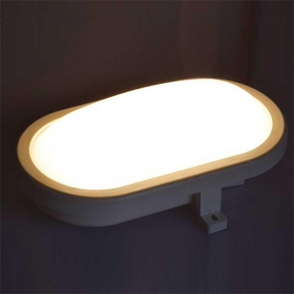 LED Deckenleuchte ideal für feuchte Räume mit warmweißem Lichtschein