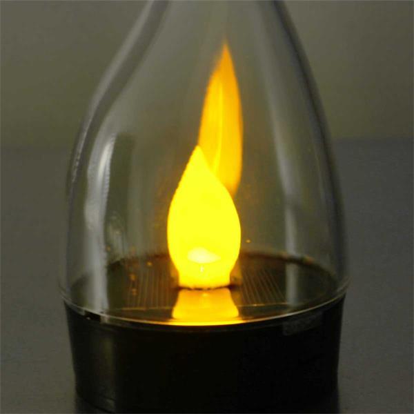 Solar LED Standleuchte mit warmweißen flackernden Lichtschein