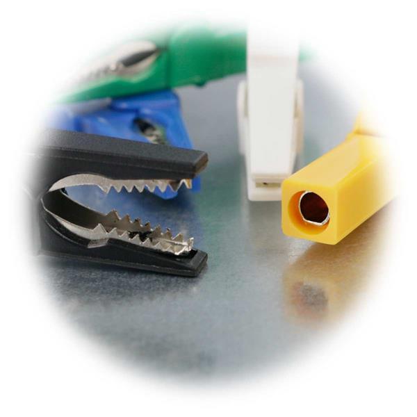 Krokoklemmen mit Metallzähnen und Buchse für eine Messleitung