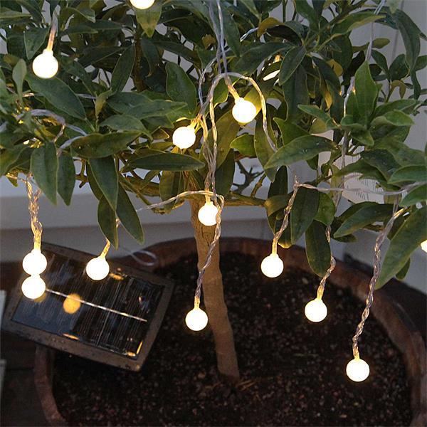 LED Lichterkette mit Solarpanel und leuchtenden LED in Kugelform