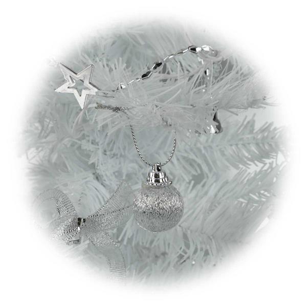 LED Tannenbaum mit silberner, moderner Weihnachtsdeko zum Schmücken