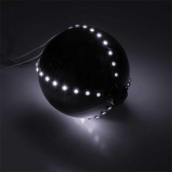 Silberne Weihnachts-Dekokugel mit LED-Verlauf