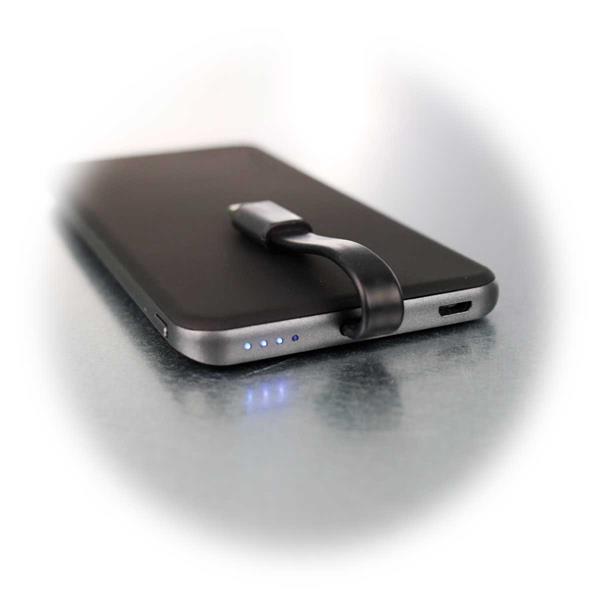 Super-Slim Powerbank mit Micro-USB-Kabel und LED-Statusanzeige