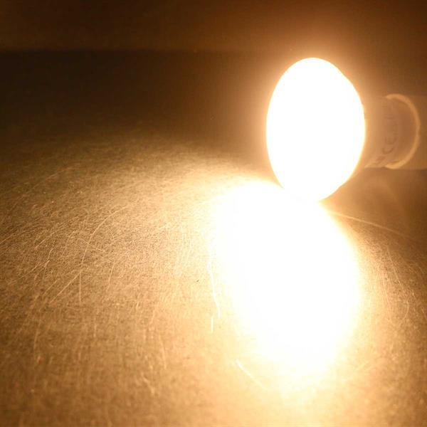 Warmweiß leuchtender GU10-Strahler