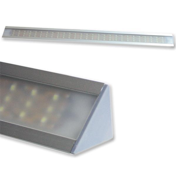 LED Unterbauleuchte mit Dreieckprofil und satinierter Abdeckung