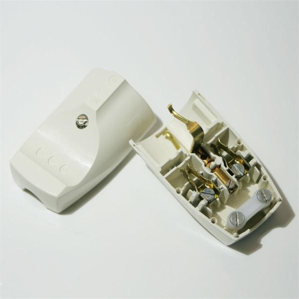 gerader 230V Steckverbinder mit Schutzkontakt und Schraubklemmen