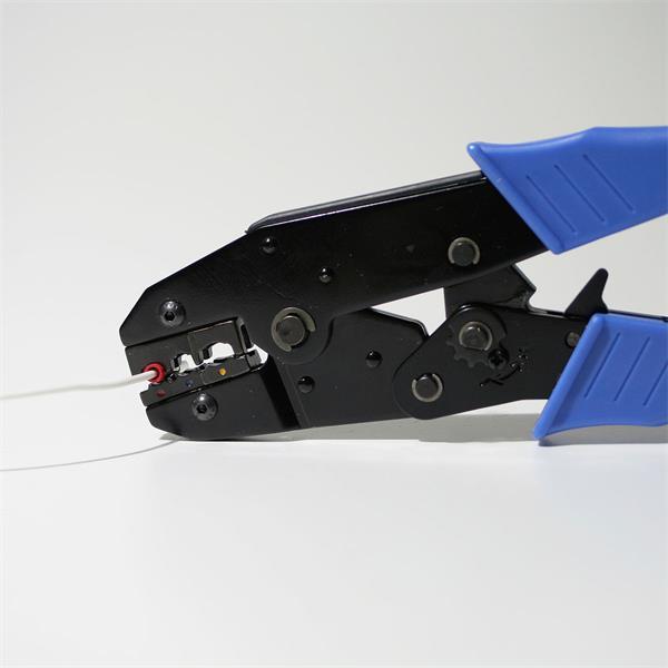 Leiteraufnahme von Flachstecker und Flachsteckhülse aus Blech zum vercrimpen