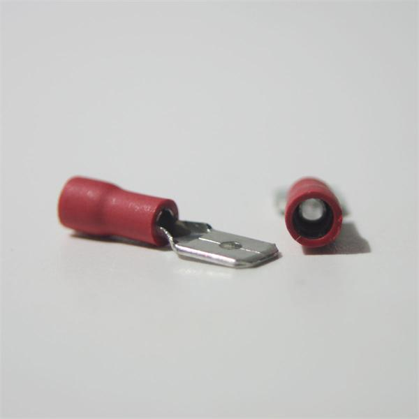 roter Flachsteckverbinder aus teilisoliertem PVC und Messing, verzinnt