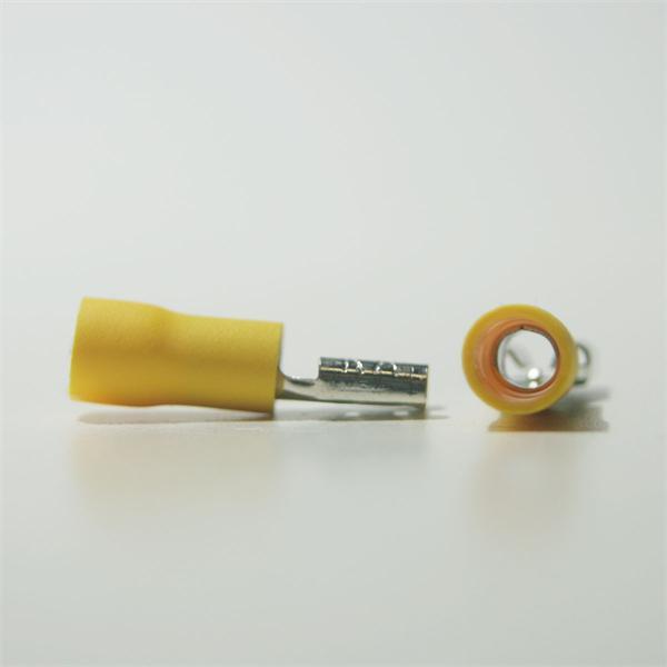 gelber Flachsteckverbinder aus teilisoliertem PVC und Messing, verzinnt